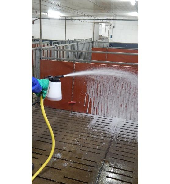 Desinfektionsspritze an Wasserschlauch